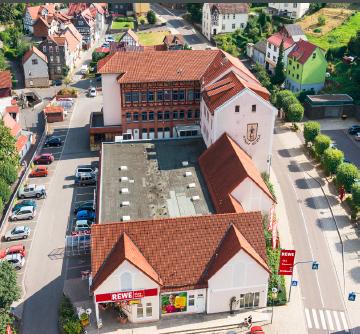 Rewe-Markt und Rathaus
